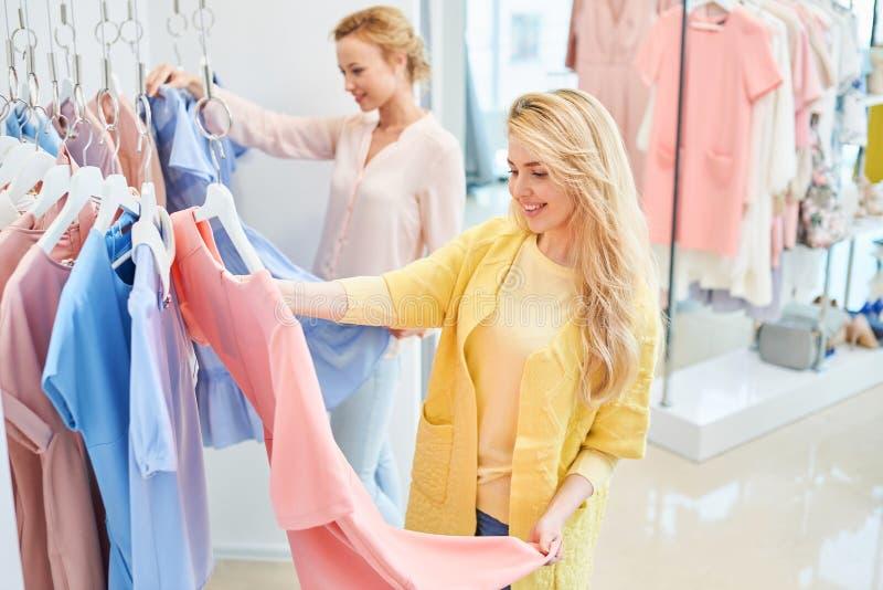 Dois amigos em uma loja de roupa imagens de stock royalty free