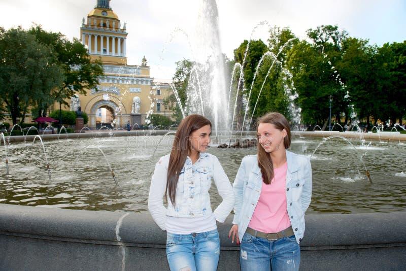 Dois amigos estão andando no parque imagem de stock