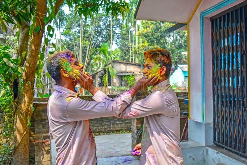 Dois amigos estão colorindo-se durante o festival de Holi na Índia imagem de stock royalty free