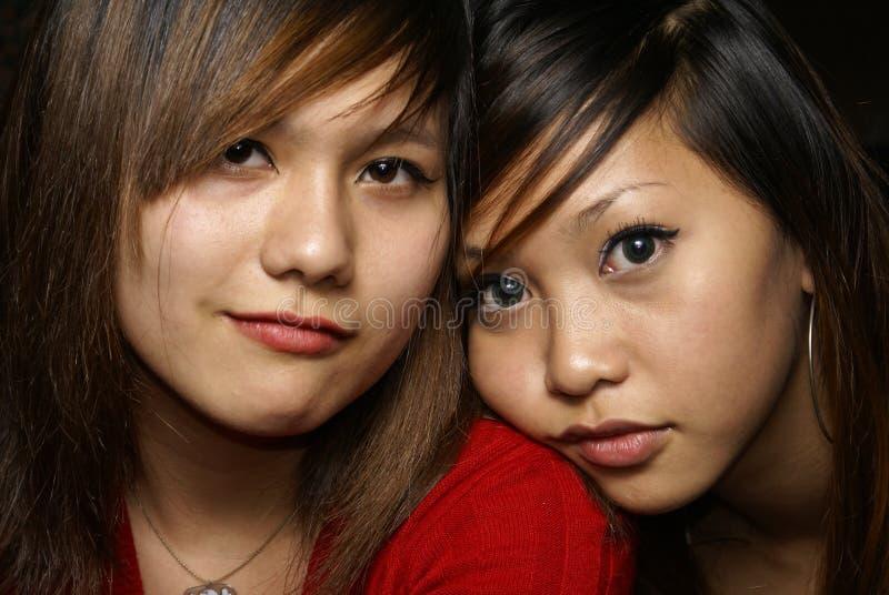 Dois amigos fêmeas próximos imagens de stock royalty free