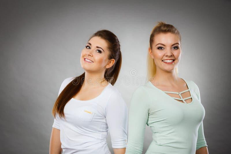Dois amigos felizes das mulheres que t?m o divertimento fotografia de stock