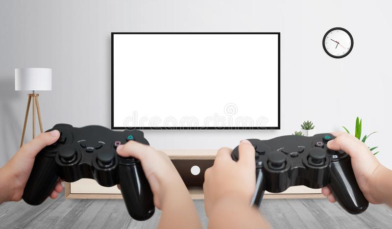 Dois amigos jogando na TV grande com tela isolada para apresentação de jogos imagens de stock royalty free