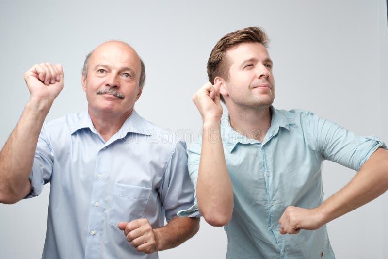 Dois amigos masculinos consider?veis que dan?am na festa de anos fotos de stock royalty free