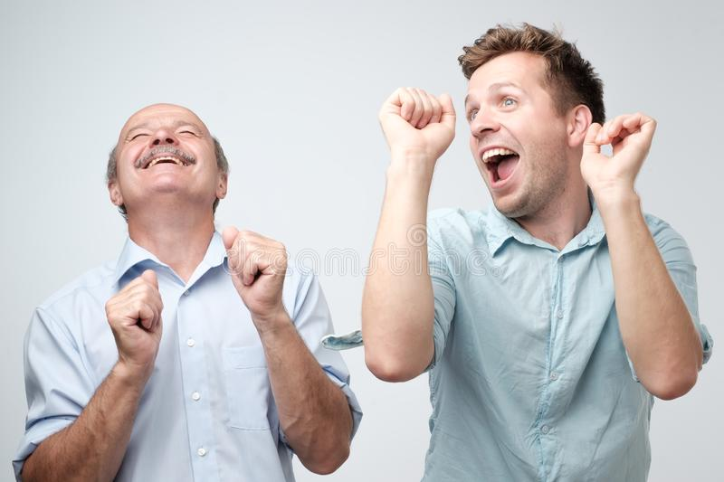 Dois amigos masculinos consider?veis que dan?am na festa de anos fotografia de stock royalty free