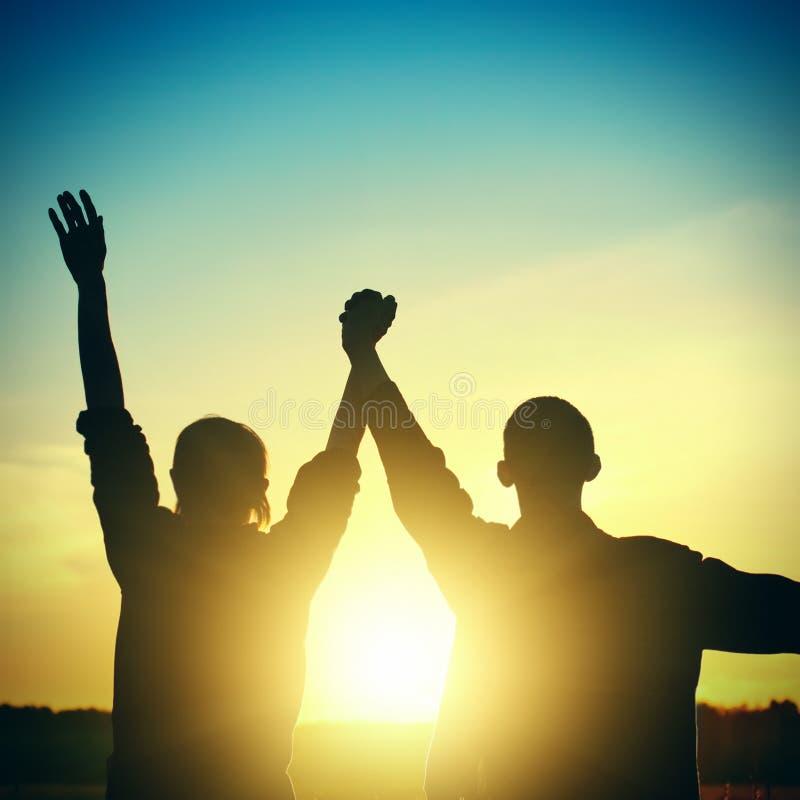 Dois amigos no por do sol fotografia de stock