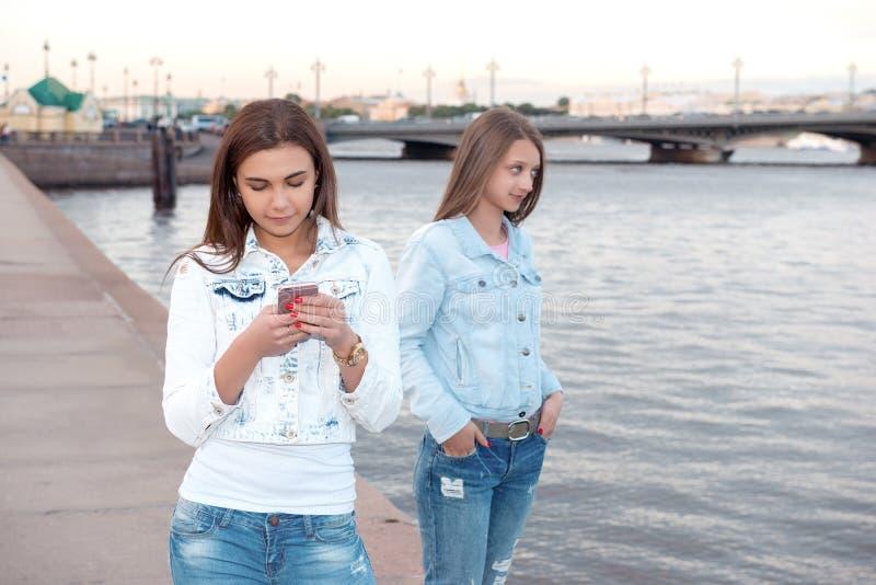 Dois amigos que andam através da cidade imagem de stock royalty free