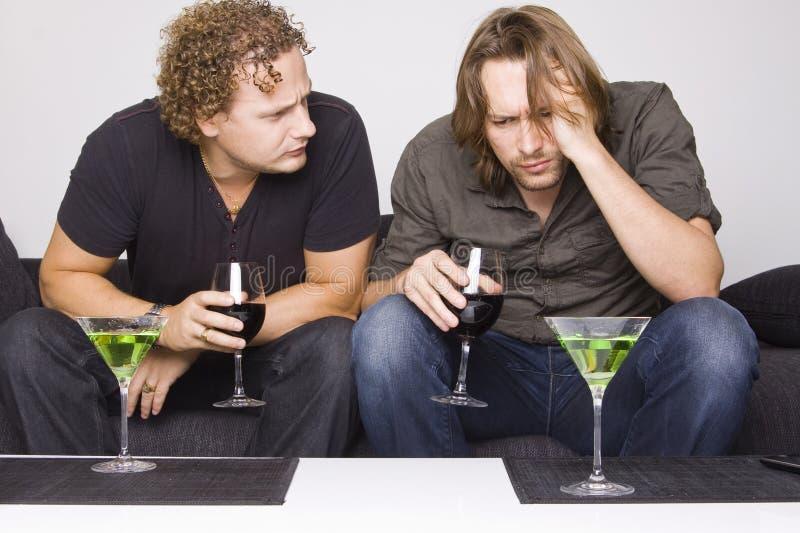 Dois amigos que bebem em casa imagens de stock
