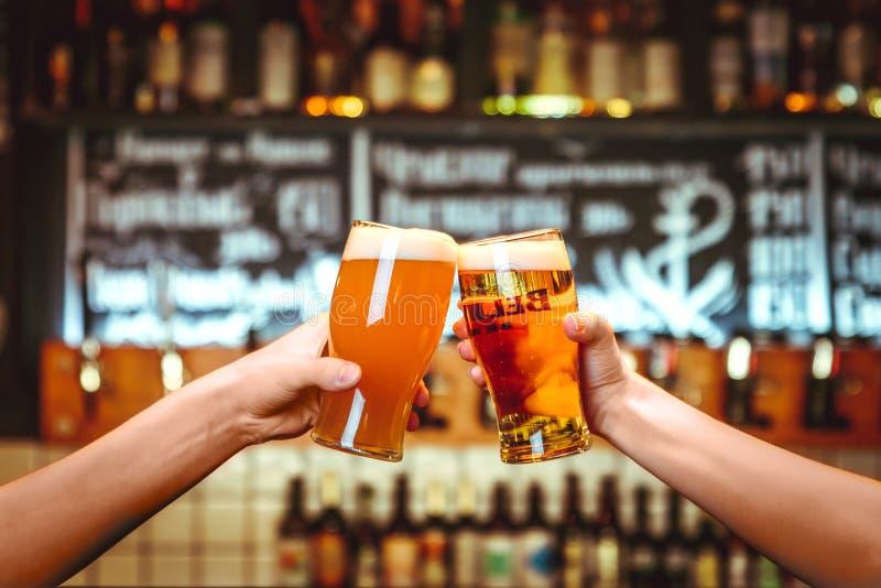 Dois amigos que brindam com vidros da cerveja clara no bar Fundo bonito da grão fina de Oktoberfest imagem de stock royalty free