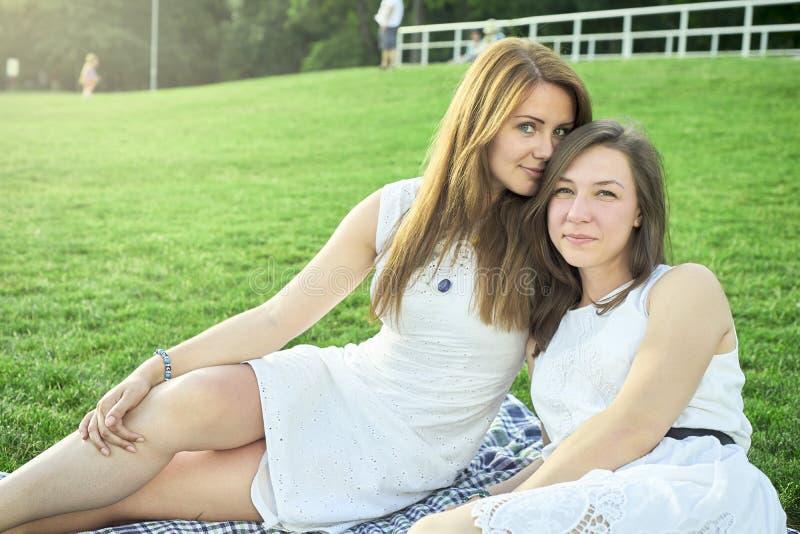 Dois amigos que encontram-se no gramado fotografia de stock