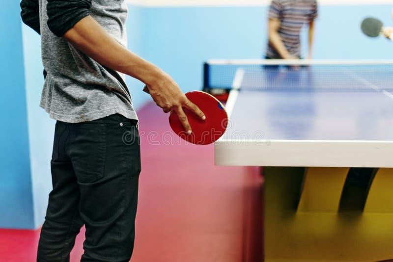 Dois amigos que jogam o conceito do tênis de mesa fotografia de stock royalty free