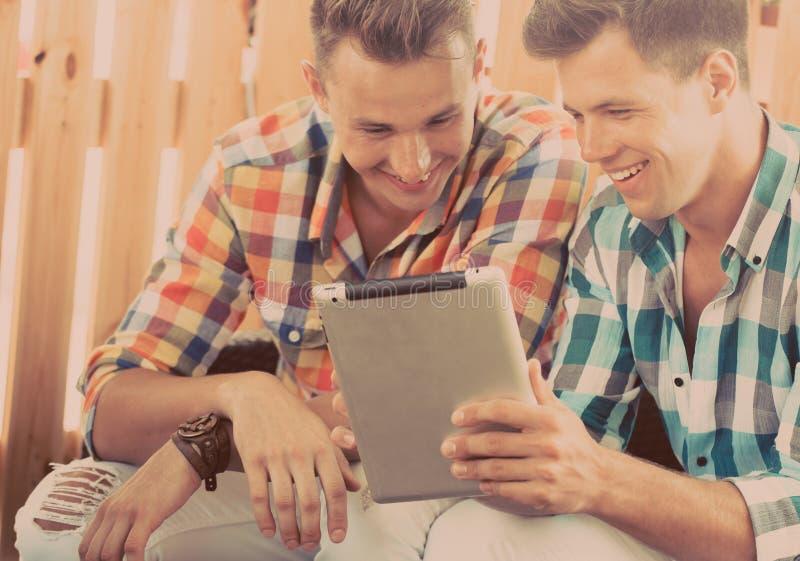 Dois amigos que sentam-se no café imagem de stock royalty free