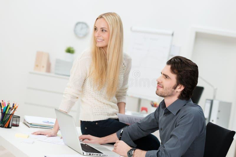 Dois amigos que trabalham no escritório imagem de stock royalty free