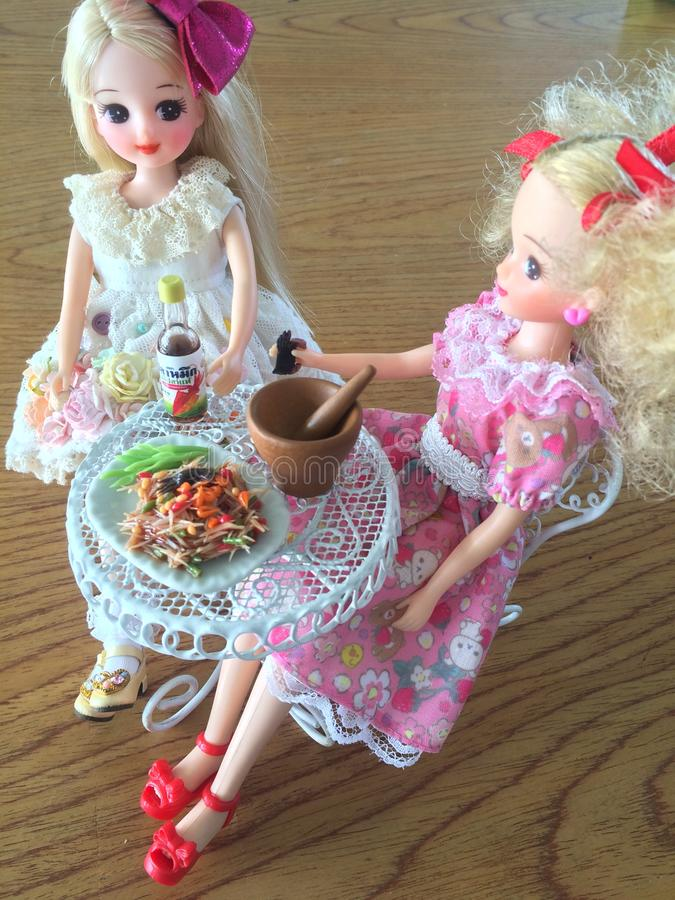 Dois amigos são apreciam comer o som Tam Salada saboroso picante da papaia fotografia de stock royalty free