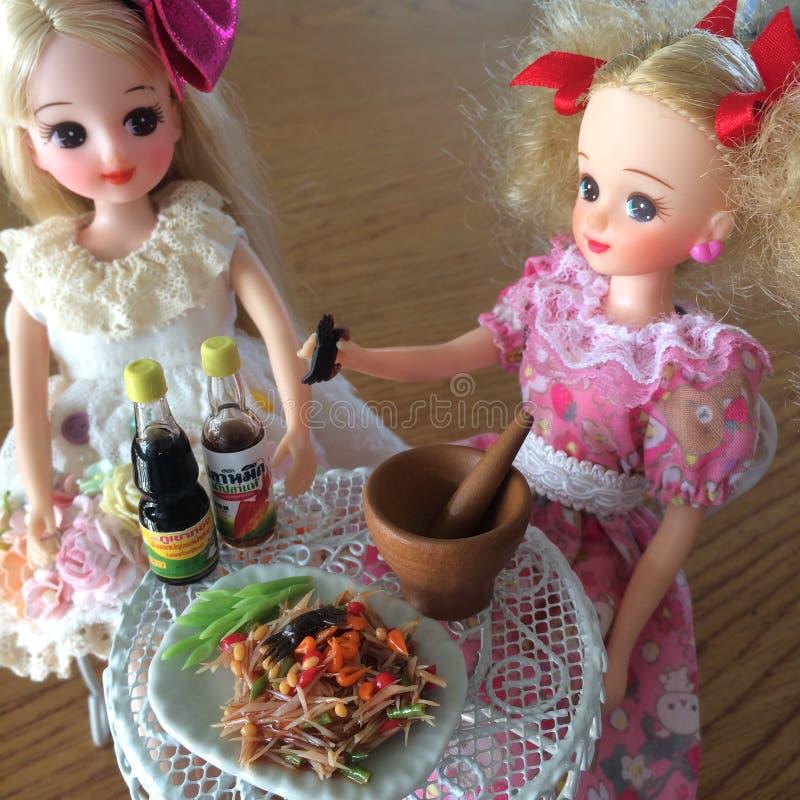 Dois amigos são apreciam comer o som Tam Salada saboroso picante da papaia fotos de stock royalty free