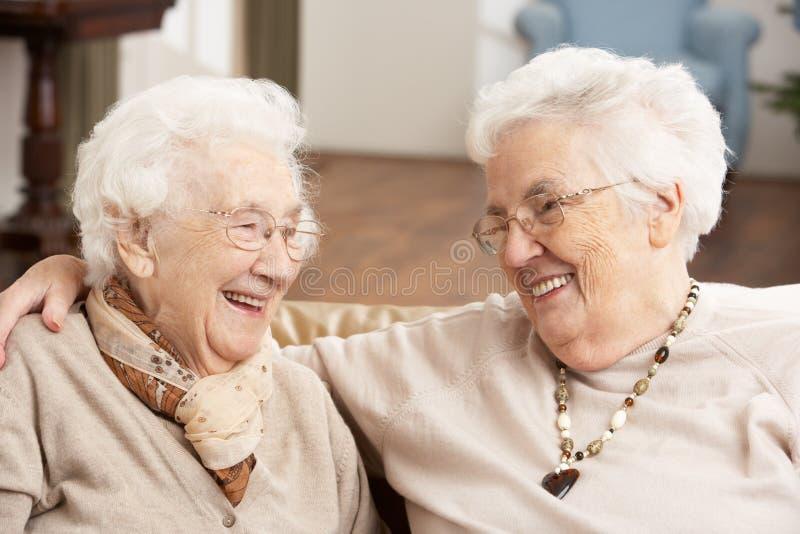 Dois amigos sênior das mulheres no centro do centro de dia fotografia de stock