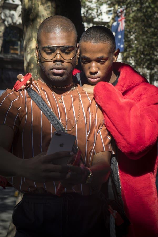 Dois amigos tomam um selfie no telefone imagem de stock