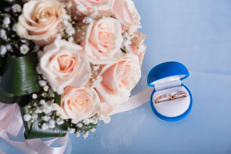 Dois anéis de casamento foto de stock royalty free