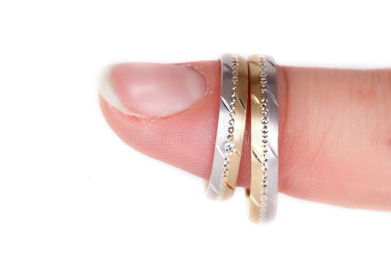 Dois anéis de casamento no dedo fotografia de stock royalty free