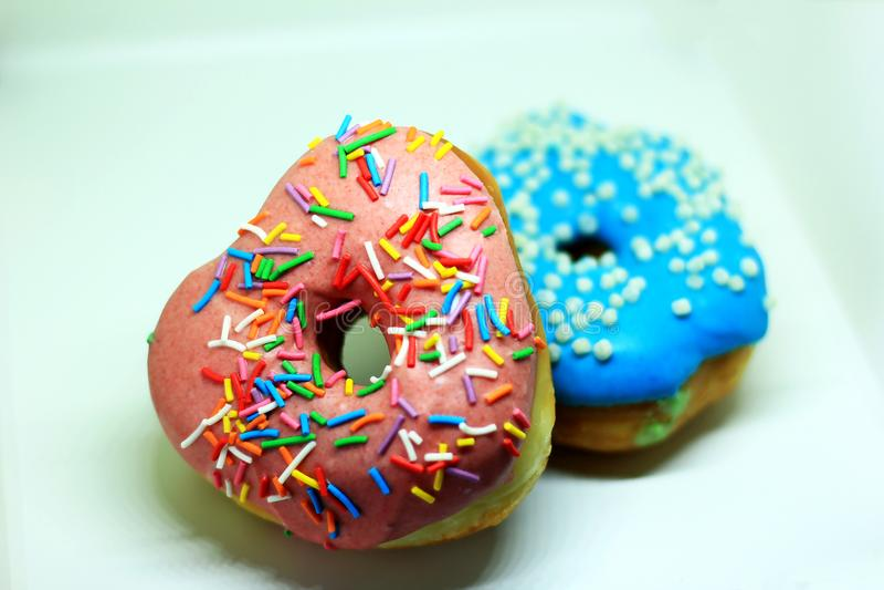 dois anéis de espuma com rosa e o esmalte azul com pequeno polvilham imagem de stock