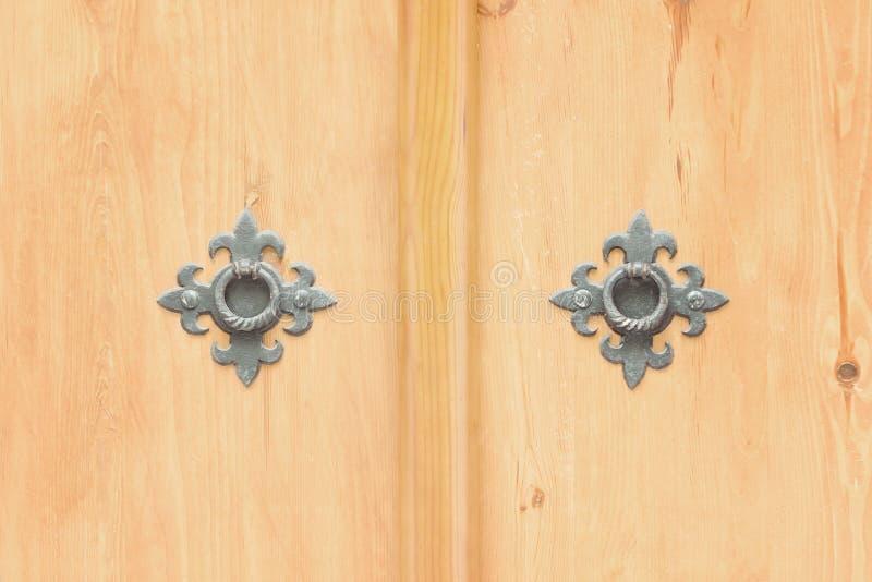Dois anéis do metal feito em uma porta de madeira Fim acima imagem de stock