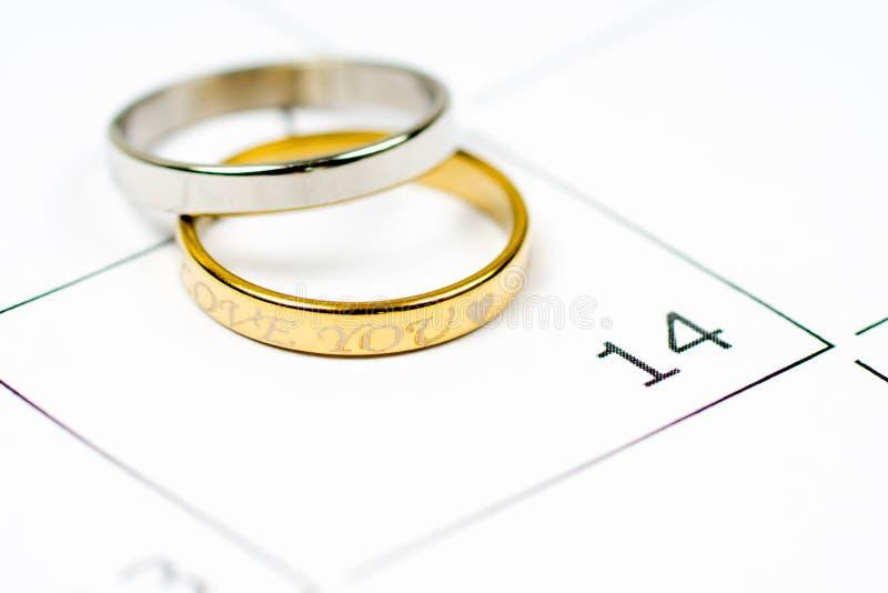 Dois anéis dourados e calendário excedente de prata do 14 de fevereiro imagens de stock royalty free