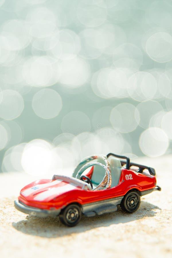 Dois anéis no carro do brinquedo fotos de stock