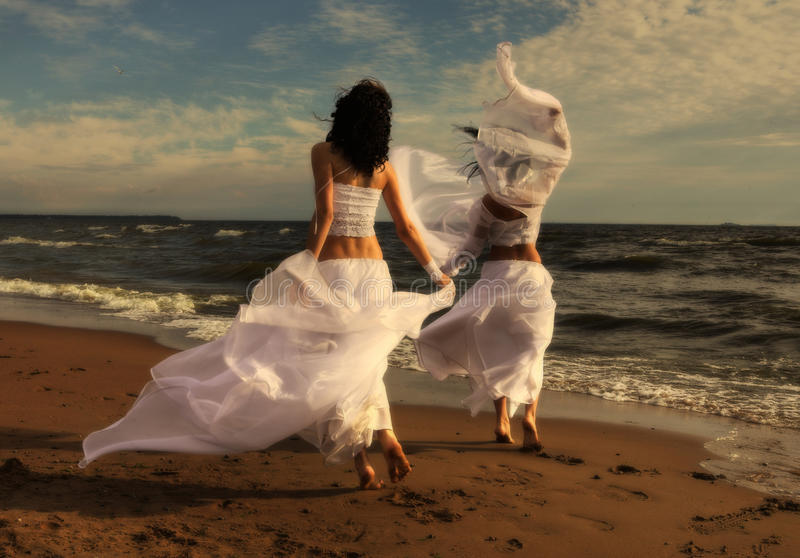 Dois anjos brancos na praia foto de stock royalty free