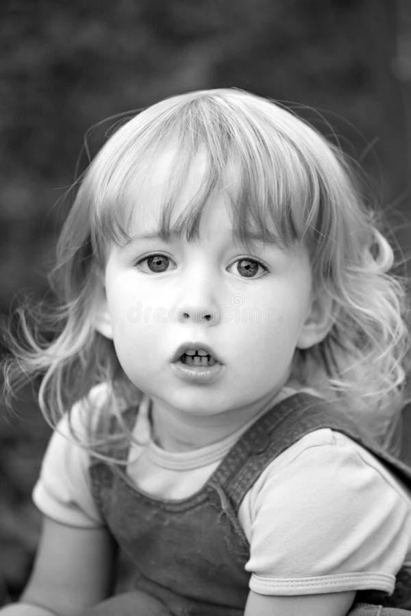 Dois anos bonitos do retrato branco louro velho do close up da menina no fundo exterior do verão, bw fotos de stock
