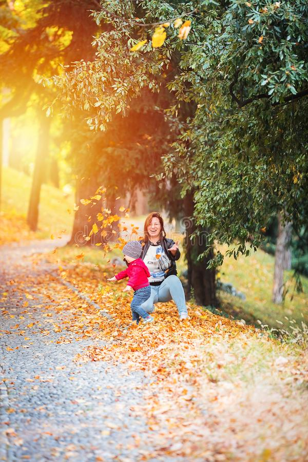Dois anos de criança idosa têm o divertimento exterior no parque do outono fotografia de stock