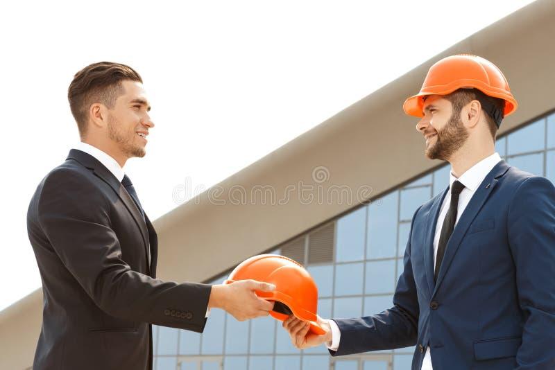 Dois arquitetos encontrados para trabalhar junto fotos de stock