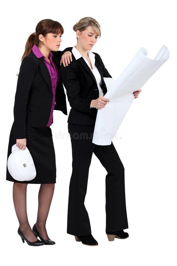 Dois arquitetos fêmeas. imagens de stock
