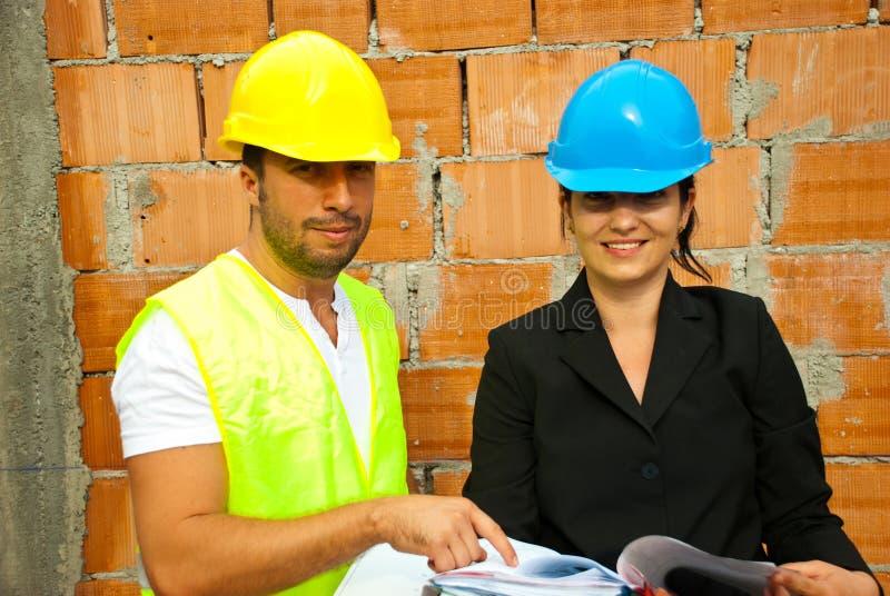 Dois arquitetos novos no local imagens de stock