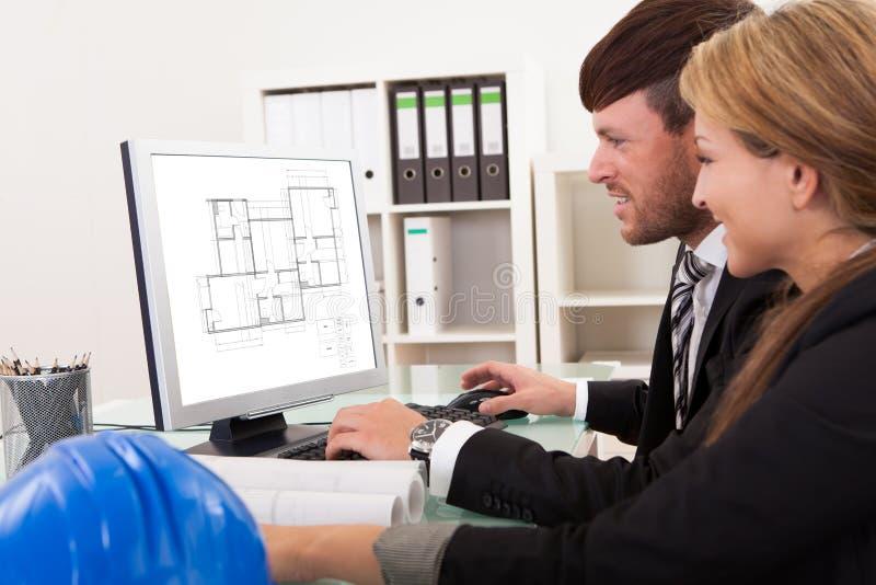 Dois arquitetos ou coordenadores estruturais fotos de stock