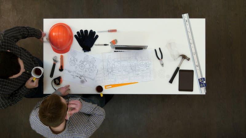 Dois arquitetos que têm o telefonema durante a ruptura de café fotos de stock