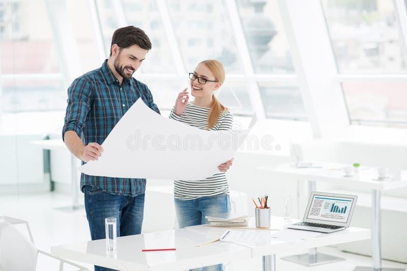 Dois arquitetos que trabalham junto no escritório imagens de stock royalty free