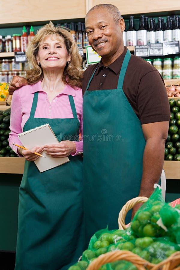 Dois assistentes de loja fotos de stock