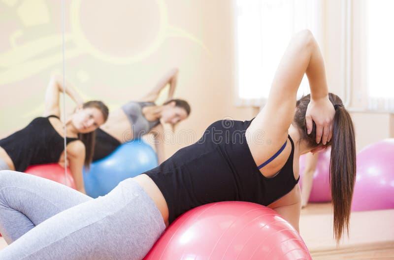 Dois atletas caucasianos fêmeas que têm um treinamento dar certo no Gym imagens de stock royalty free