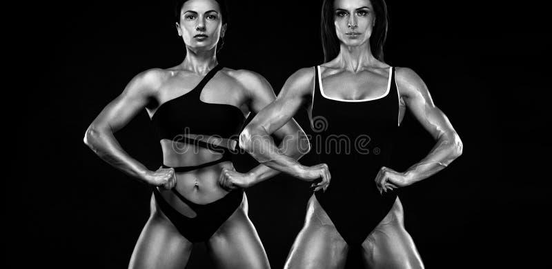 Dois atletas desportivos e do ajuste das mulheres, halterofilistas Motiva??o do exerc?cio e da aptid?o Pequim, foto preto e branc imagens de stock