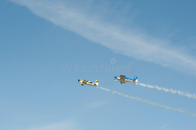 Dois aviões do biplano do único-motor a voar no céu fotos de stock royalty free