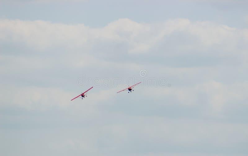Dois aviões durante a aviação do voo fotos de stock
