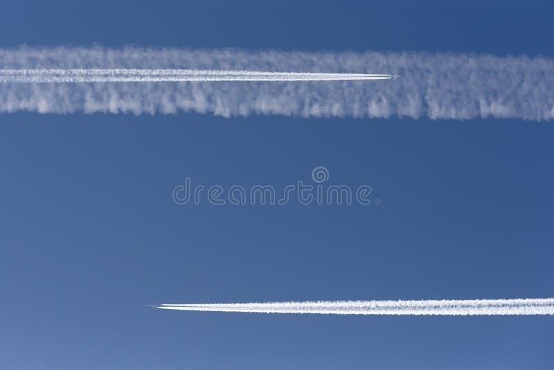 Dois aviões em um rumo de colisão Fuga do vapor imagens de stock royalty free