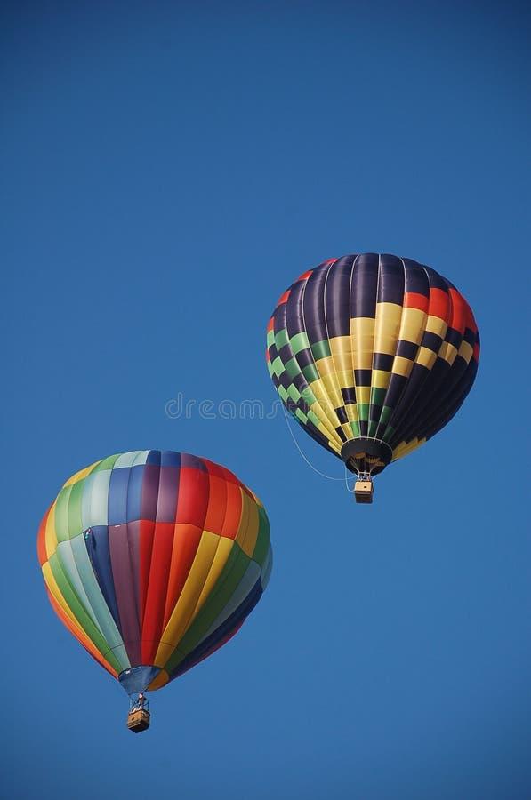 Dois balões de ar quente que ascensão foto de stock