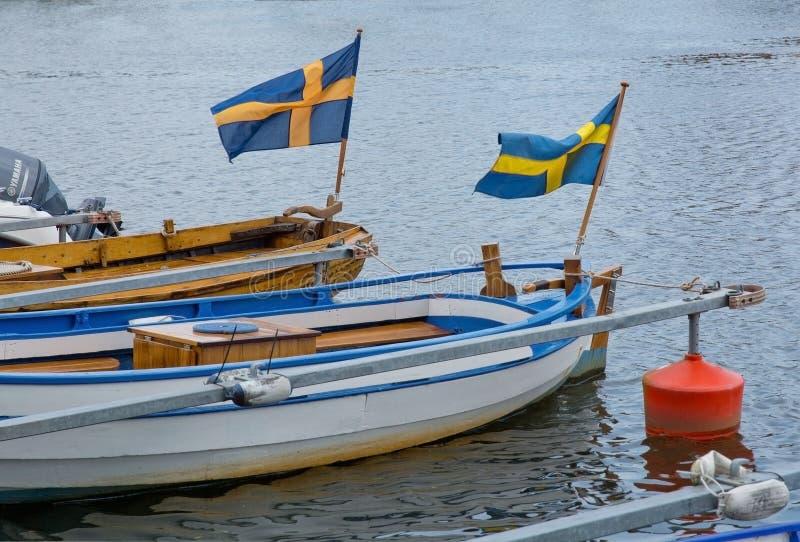 Dois barcos com bandeiras suecos imagem de stock