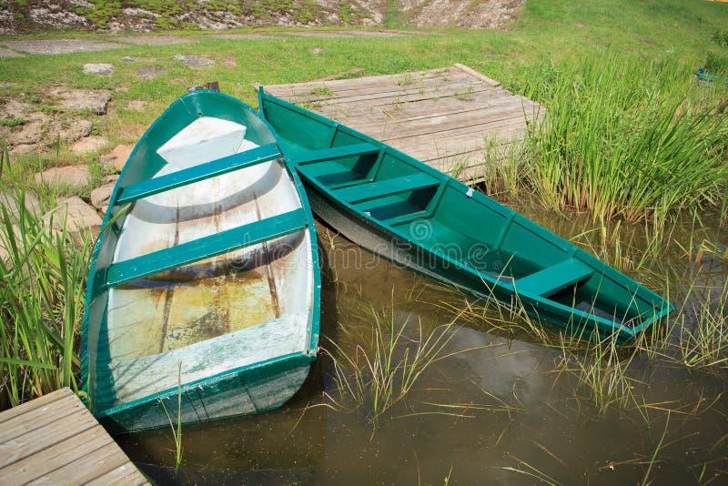 Dois barcos de enfileiramento verdes imagens de stock