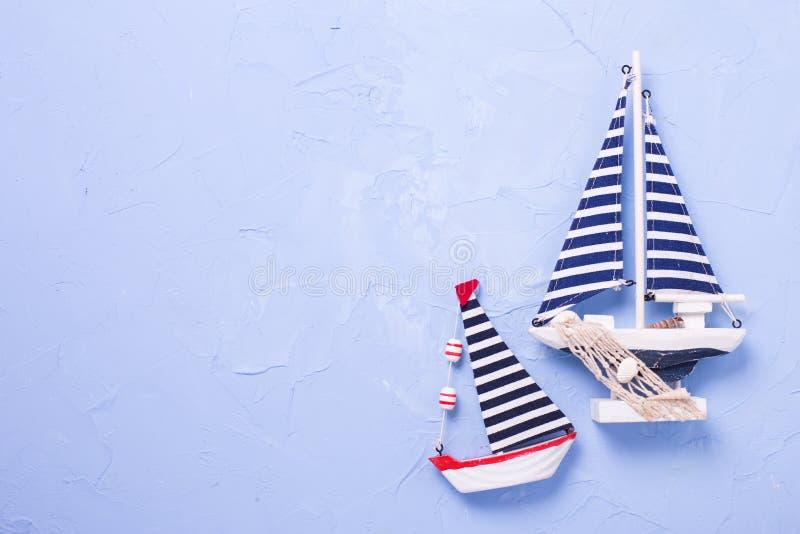 Dois barcos de madeira decorativos dos brinquedos no fundo azul textured imagens de stock royalty free