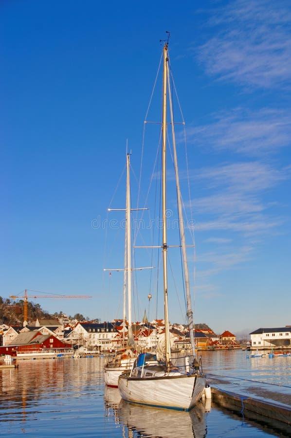 Dois barcos de navigação pequenos amarrados no porto foto de stock royalty free