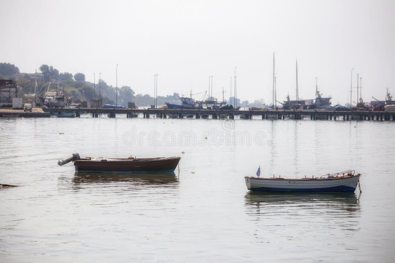 dois barcos de pesca no porto, Tessalónica Grécia imagens de stock royalty free