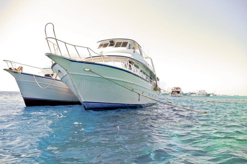 Dois barcos do mergulhador escorados no Mar Vermelho imagens de stock