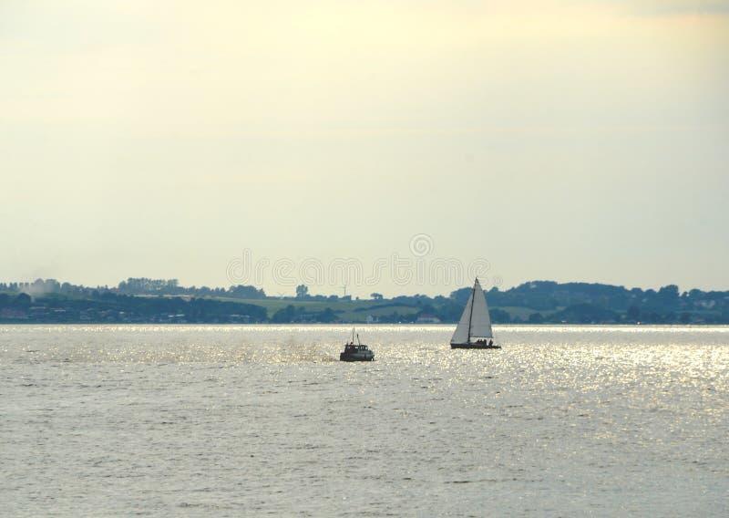 Dois barcos encontram o mar sentado, exemplo em regras claras do keeep foto de stock