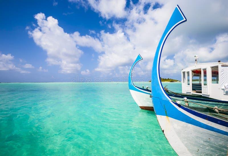 Dois barcos na praia imagens de stock